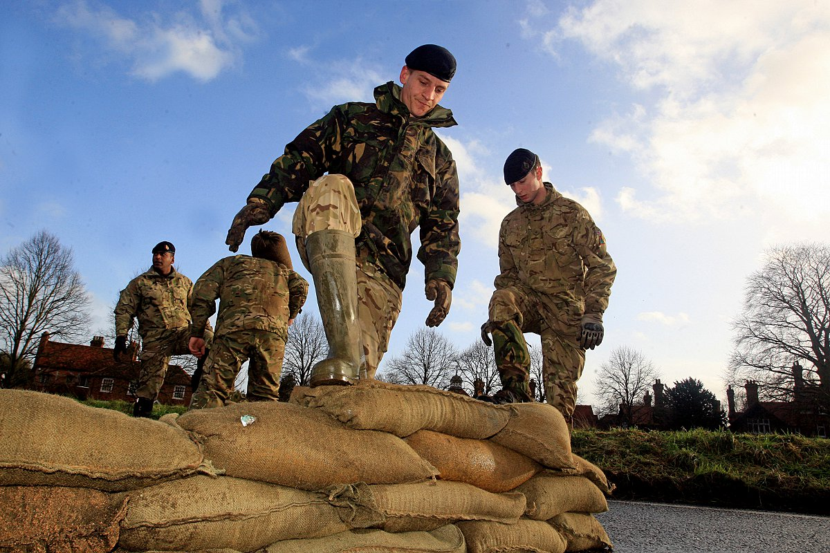 Army piles sandbags up to save Cookham High Street