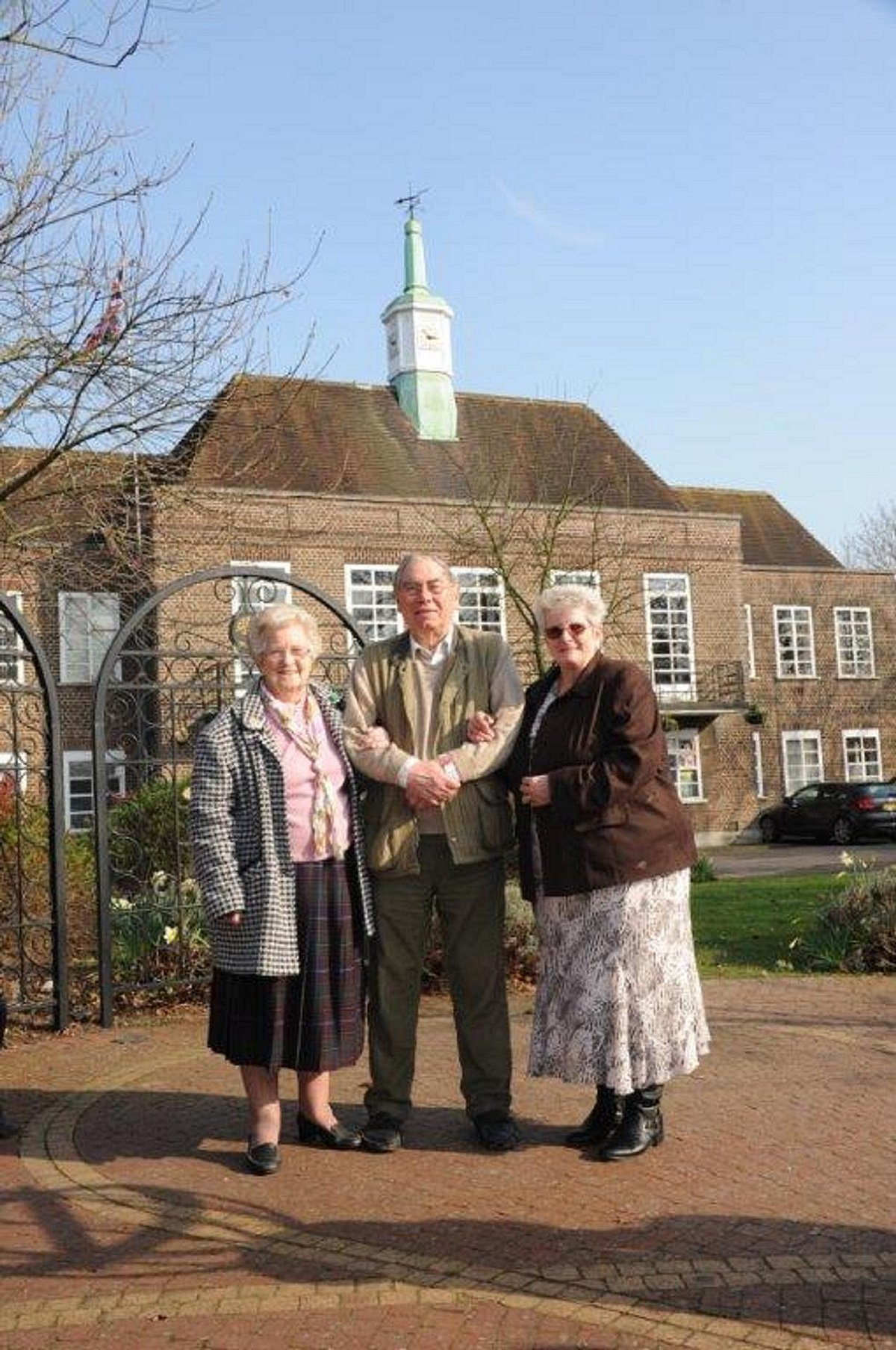 Hazel Bird (right) with town crier Dick Smith (centre) and Daphne Rolphe, the daughter of the family who housed the family (left)