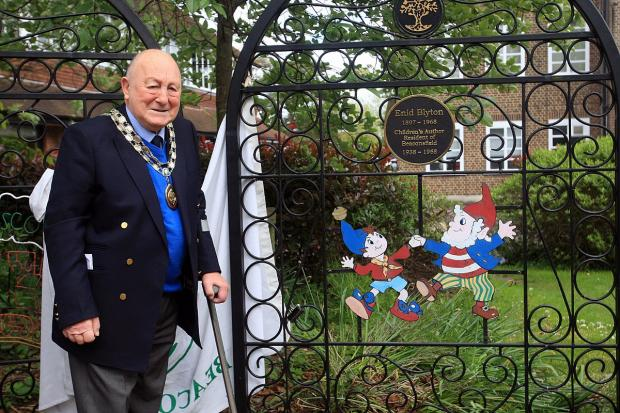 Mayor of Beaconsfield, Sandy Saunders, unveiling plaque