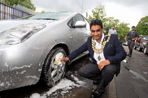 Mayor cleans cars to raise £1k for charity appeal